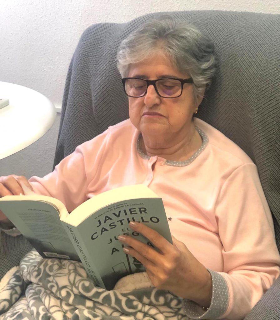 Fina atesora todos sus  ratos de lectura.